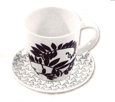 """<p><strong>Chávena de porcelana decorada com canetados</strong>.</p><div align=""""\""""\\\"""""""">Preparar a tinta com óleo copaíba e canetar o motivo de acordo com a técnica tradicional. Para <em>o cheio</em> preparar tinta preta com médio oleoso e encher os espaços.<br />Queimado a 730º.</div><p>Executado por:<br /><strong>Cecília Vieira </strong>- Camarate <br />mariavieira.cecilia@gmail.com </p><p><em>in</em> Bricolage & Decoração nº 76</p>"""