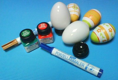 Desenhar os motivos com o lápis marcador para porcelana Hobbyline (produtos C.Kreul.)<br />Contornar os motivos com as canetas marcadoras <em>PORZELLANMALER</em> Hobbyline (produtos C.Kreul.)<br />Pintar a gosto os motivos na porcelana, com <em>PORZELLAN</em> Hobbyline (produtos C.Kreul.)<br />Levar ao forno doméstico a 160º durante 90 minutos
